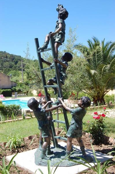 villa-les-4-saisons piscina saint-tropes hotel lusso vacanze scultura piscina vista giardino parco verde outdoor natura relax